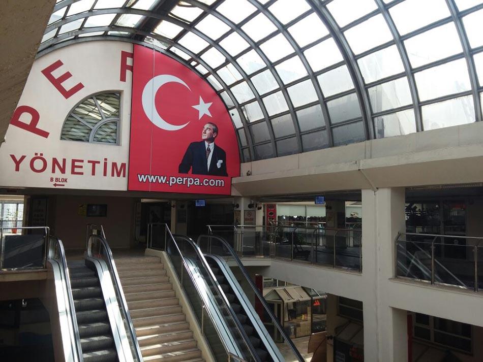Perpa'ya Türk Bayrağı ve Atatürk Posteri